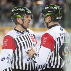Die Referees Didier Massy, links, und Marco Prugger. (Bild: Keystone)