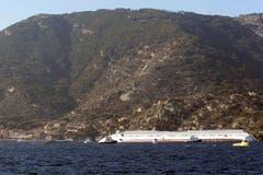 Die rechte Hälfte des Luxusschiffs Costa Concordia liegt unter Wasser. (Bild: Keystone / AP)