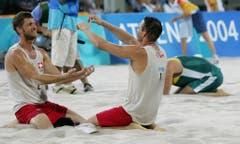 Patrick Heuscher (links) und Stefan Kobel, Silber im Beachvolleyball, 2004 in Athen. (Bild: AP / Dave Martin)