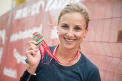 Nina Högger mit ihrer Medaille. (Bild: Boris Bürgisser (LZ))