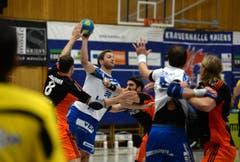 Thomas Hofstetter kämpft um den Ball. (Bild: Nadia Schärli)