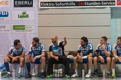 HCK-Trainer Heiko Grimm mit der Auswechelbank (Bild: Roger Grütter)