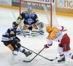 Der Lausanner Juha-Pekka Hytoenen (rechts) beim 0:4 für Lausanne gegen den Zuger Yannick Blaser (links) und Torhueter Gianluca Huser. (Bild: Keystone / Urs Flüeler)
