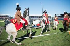 Diese Reiter zeigen eine Kür auf dem Rasen der Arena. (Bild: URS FLUEELER)