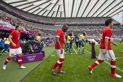 Die Spieler betreten den Platz. (Bild: Keystone)