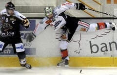 Glen Metropolit (rechts) gegen Steve Hirschi vom HC Lugano. (Bild: Keystone/Karl Mathis)