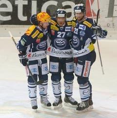 Ambris Jason Williams, Richard Park und Marc Reichert feiern den Treffer zum 3:0 beim Eishockey. (Bild: Keystone)