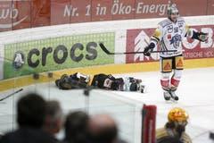 Berns Tristan Scherewy mimt den sterbenden Schwan gegen Zugs Timo Helbling. (Bild: Keystone)