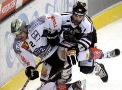 Alessandro Chiesa (links) im Duell gegen Luganos Daniel Steiner. (Bild: Keystone/Karl Mathis)