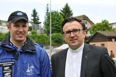 Der Ennetmooser Schwinger Christian Odermatt und der Hergiswiler Pfarrer P. Eugen Yurchenko (Bild: Robert Hess / Neue OZ)