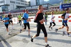 Die Läufer auf der Allmend kurz vor dem Tunnel. (Bild: Eveline Beerkircher / Neue LZ)