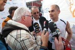 Woody Schoch, der Sieger des 5. Lucerne Marathons, wird von Medienleuten interviewt. (Bild: Roger Zbinden / Neue LZ)