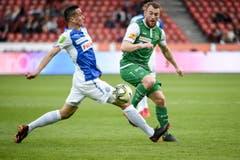 Der Grasshopper Marko Basic gegen Runar Mar Sigurjonsson im Zweikampf. (Bild: Freshfocus)