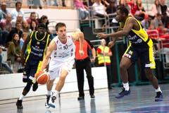 Nemanja Kovacevic von Swiss Central Basket setzt sich gegen einen Spieler von Union Neuchâtel durch. (Bild: Eveline Beerkircher)