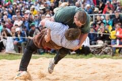 David Suter, links, kämpft gegen Martin Grab im 5. Gang. (Bild: Alexandra Wey / Keystone)