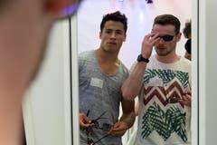 Welche Sonnenbrille passt am besten? Die Kunstturner Eddy Yusof (links) und Benjamin Gischard (Bild: Keystone / Georgios Kefalas)
