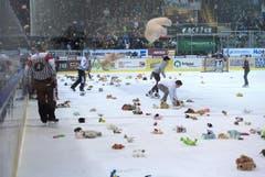 Plüschtiere fliegen nach dem 1:0 von Gottéron aufs Eis. (Bild: Keystone)