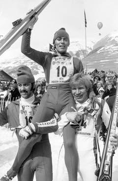 1976: Schon sieben Jahre nach dem ersten Marathon gehen 10000 Langläufer an den Start. Das Rennen 1976 gewinnt Albert Giger, der den Engadiner fünf Mal für sich entscheidet und später Rennleiter des Wettkampfs wird. (Bild: Keystone)
