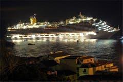 Die ersten Passagiere der auf Grund gelaufenen Costa Concordia sollen von Bewohnern der Insel Giglio mit Fischerbooten gerettet worden sein. (Bild: Keystone / AP)