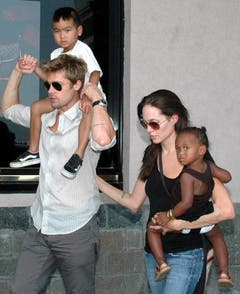 Pitt und Jolie mit einem Drittel ihrer Kinder, Maddox (links) und Zahara. (Bild: Keystone)