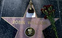 Blumen auf dem Stern von Robin Williams auf dem Sunset Boulevard in Hollywood. (Bild: Keystone)