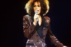 1985 erschien das Debütalbum «Whitney Houston». Es war mit 13 Millionen allein in den USA verkauften Exemplaren eines der erfolgreichsten Debüts, das je einer Künstlerin gelang. Mit ihrem zweiten Album «Whitney» etablierte sich die Amerikanerin als eine der herausragendsten Künstlerinnen der 1980er Jahre. Im Bild Whitney Houston bei einem Konzert 1988. (Bild: Imago)