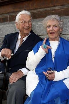Das Schauspieler-Duo Stéphanie Glaser und Ehren-Prix-Walo-Gewinner Walter Roderer, am Prix Walo 2007 in Interlaken. (Bild: Archiv Neue LZ)