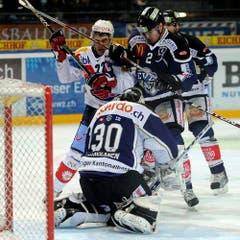 Jussi Markkanen und Alessandro Chiesa stoppen Victor Stancescu. (Bild: Keystone)