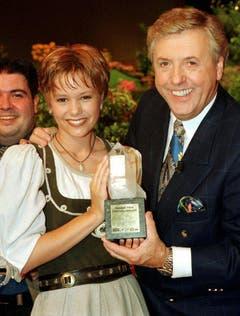 """1998 durfte Karl Moik Francine Jordi, der damaligen Siegerin des """"Grand Prix der Volksmusik"""" einen Preis überreichen. (Bild: Keystone)"""