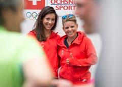 Die Golferinnen Albane Valenzuela (links) und Fabienne In-Albon bei der Kleiderprobe für die Olympischen Spiele in Rio in Luterbach. (Bild: Keystone / Lukas Lehmann)