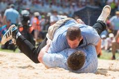 Philipp Laimbacher, oben, gewinnt gegen Alexander Vonlaufen, unten, im 4. Gang. (Bild: Keystone/Urs Flüeler)