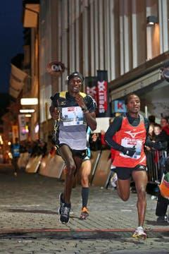 Der spätere Sieger Patrick Mugur Ereng (links 1) und Bernard Matheka (rechts) beim Elite Rennen der Männer am Luzerner Stadtlauf (Bild: Philipp Schmidli / Neue LZ)