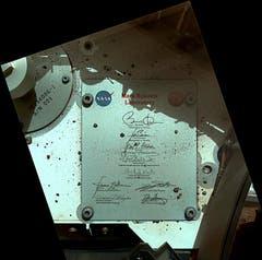 Eine Plakette am Rover trägt unter anderem die Unterschriften von US-Präsident Barack Obama und seinem Vize Joe Biden. (Bild: Keystone / Nasa)