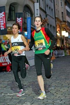 Flavia Stutz (rechts) gewinnt das Nachwuchselite Rennen der Frauen (Bild: Philipp Schmidli / Neue LZ)