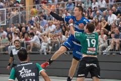 HCK-Spieler Peter Schramm wird vom Thuner Stefan Huwyler gestoppt, kann aber trotzdem noch einen Pass spielen. (Bild: Boris Bürgisser / Neue LZ)