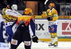 Petr Sykora (rechts) vom HCD feiert einen Treffer. (Bild: Keystone/Sigi Tischler)