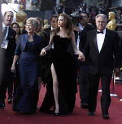 Jolie an der 84. Oscar-Verleihung in Los Angeles - im Kleid mit dem skandalösen hohen Schlitz. (Bild: Keystone)