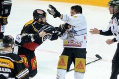 Faustkampf zwischen Julien Vauclair, links, und Reto Suri. (Bild: Keystone Samuel Golay)