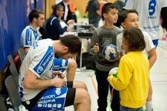 Boris Stankovic signiert nach dem Spiel Handbälle für Kinder. (Bild: Dominik Wunderli (Neue LZ))