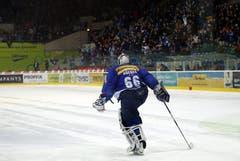 Der Flyers Torhüter Rueeger kickt den gehaltenen Puck weg, der seinem Team den Sieg nach dem Penaltyschiessen einbringt.