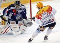 EVZ-Goalie Jussi Markkanen blockiert Andrey Bykov.