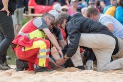 Der verletzte Joel Wicki wird betreut. (Bild: URS FLUEELER)