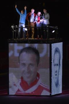 Der Marathonläufer Viktor Röthlin (links) begrüsst die Zuschauer. (Bild: Keystone)