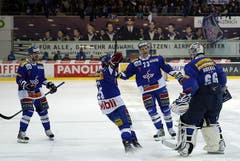 Kloten Flyers Stürmer Denis Hollenstein, Michael DuPont und Tommi Santala (v.l.) feiern mit Torhüter Ronnie Rüeger den Sieg.