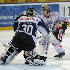 Goalie Jussi Markkanen schnappt Marc Wieser die Scheibe weg. (Bild: Keystone)