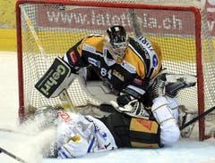 Lugano-Goalie Daniel Manzato stoppt Zugs Robbie Earl. (Bild: Keystone)