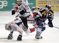 Vitaly Lakhmatov lässt Patrick Oppliger fallen. (Bild: Keystone)