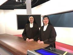 Zwei der Nonnen auf Besuch im Fernsehstudio in Zürich. (Bild: SRF)