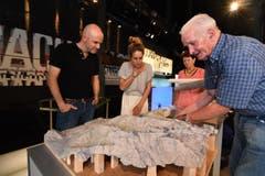 15.02: Ernst Schefer erklärt Redaktionsleiter Michael Bachmann und Regisseurin Mirjam Almasy, wie ein Relief aufgebaut ist. (Bild: Manuel Nagel)