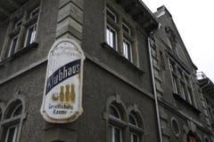 Eine alte Werbetafel als Erinnerung an die Vergangenheit des Klubhauses als Vereinslokal. (Bild: Reto Voneschen)